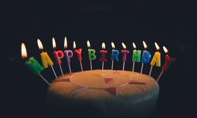 沢山のろうそくがのっているケーキ(誕生日ケーキ)の夢
