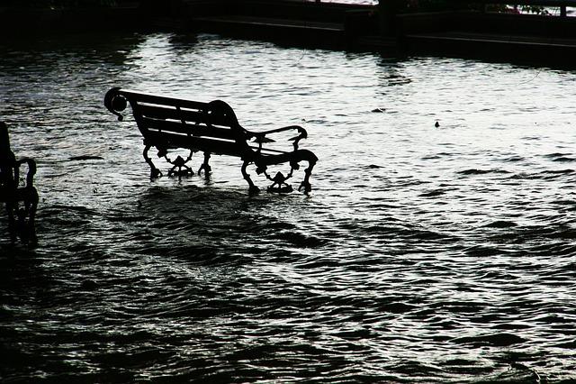雨(大雨)で洪水になる夢