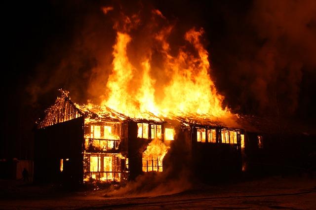 隣の家が火事になる・他人の家が火事になる夢占い