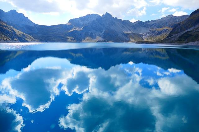 美しく青い綺麗な湖の夢占い