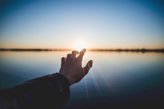 手が光る(光に包まれるような)夢の意味