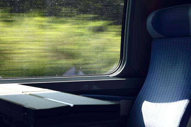 電車に乗り車窓から景色を眺めている夢