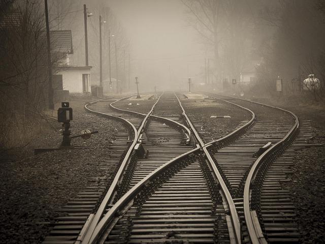 複雑に入り組む線路(蛇行している線路)を眺めている夢