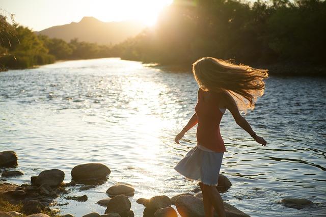川沿いにいる夢・川沿いを歩く夢占い