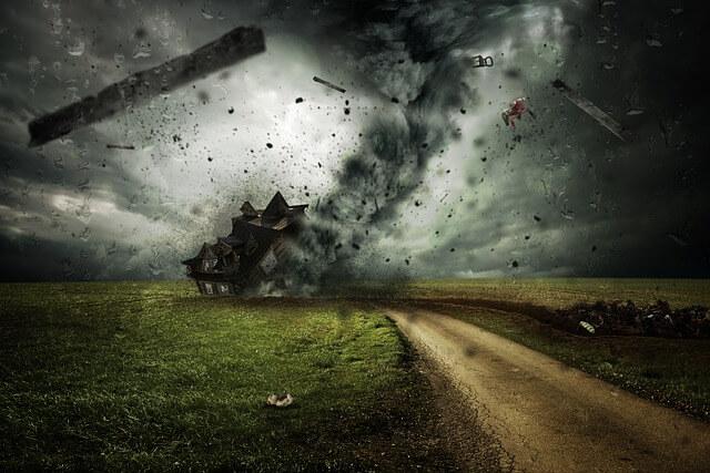 竜巻が砂を巻き上げ砂嵐が発生する夢占い