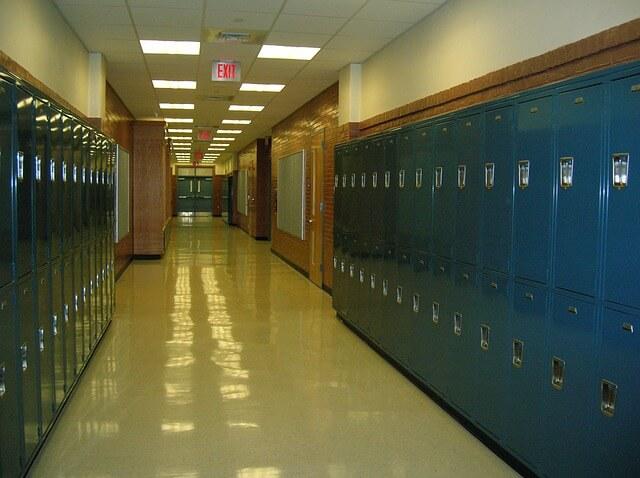 学校の廊下を走っている夢占い