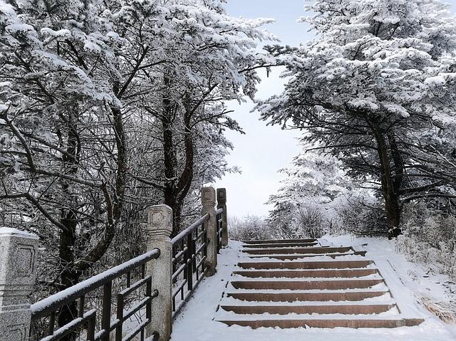 夢占いで雪山を登る夢は、現状の困難さと開運を暗示する可能性