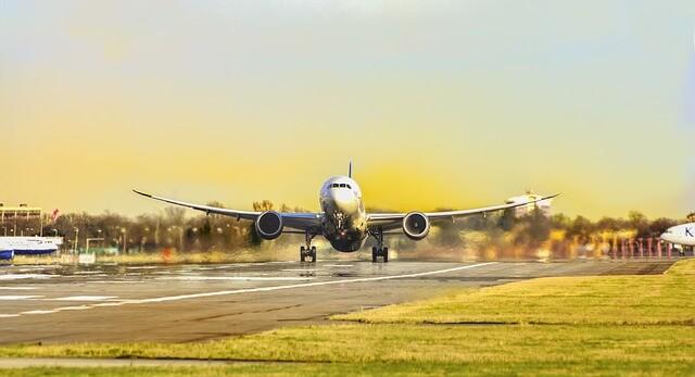 飛行機が離陸する夢の意味は、上昇気流にのることを暗示する吉夢?